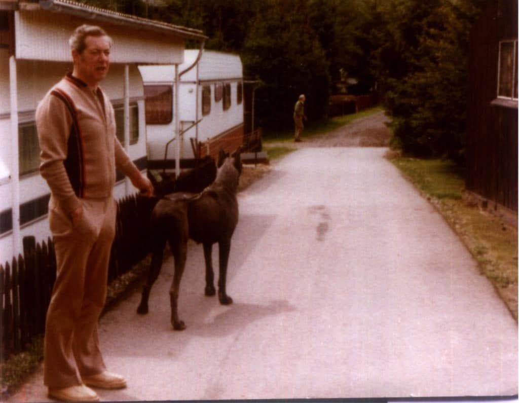 Hunde Foto: Holger und Diksy - Auf dem Campingplatz